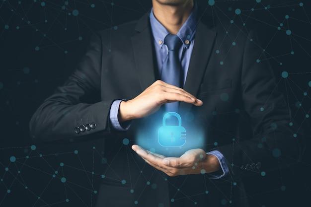 Cyber security tecnologia uomo d'affari antivirus alert protection sicurezza e sicurezza informatica firewall sicurezza informatica e tecnologia dell'informazione.