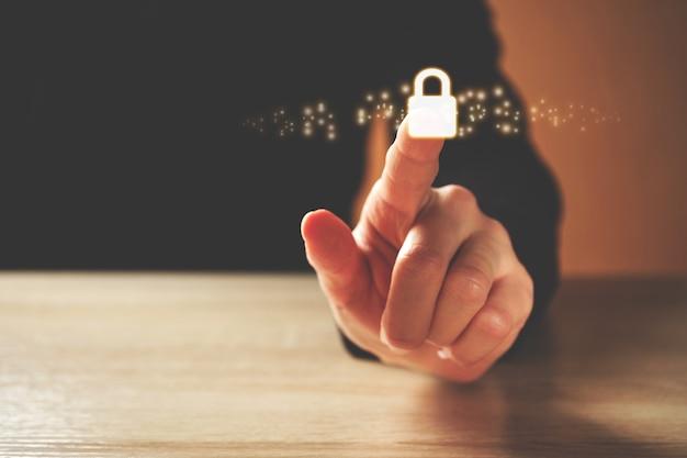 Concetto di sicurezza informatica con persona che fa clic sull'icona del lucchetto.