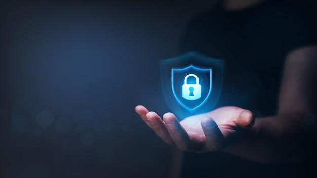 Concetto di sicurezza informatica dei dati uomo d'affari che protegge le informazioni personali dei dati Foto Premium