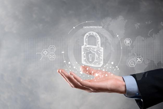 Rete di sicurezza informatica. uomo d'affari che protegge le informazioni personali dei dati sull'interfaccia virtuale. concetto di privacy di protezione dei dati.