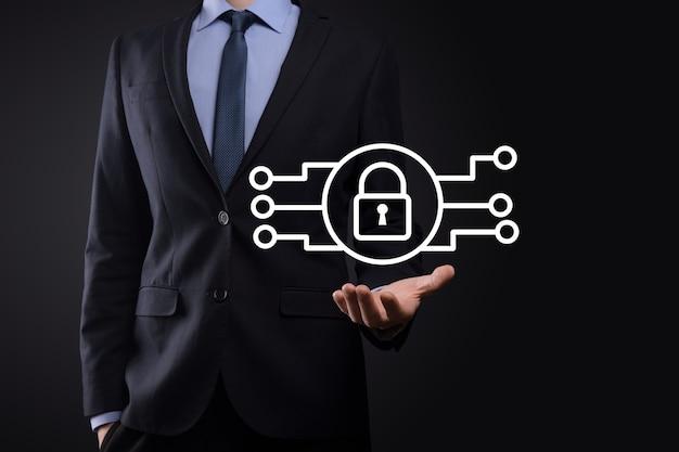 Rete di sicurezza informatica. icona del lucchetto e rete di tecnologia internet. uomo d'affari che protegge le informazioni personali dei dati su tablet e interfaccia virtuale. concetto di privacy di protezione dei dati. rgpd. unione europea