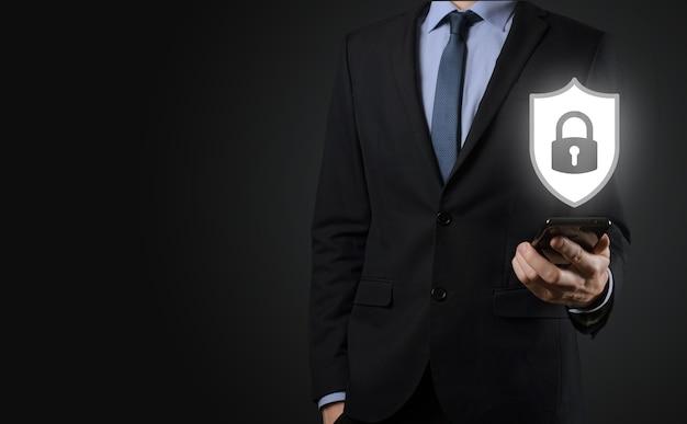 Rete di sicurezza informatica. icona del lucchetto e rete di tecnologia internet. uomo d'affari che protegge le informazioni personali dei dati su tablet e interfaccia virtuale. concetto di privacy di protezione dei dati. rgpd. unione europea.