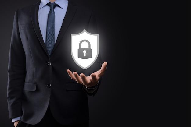 Rete di sicurezza informatica. icona del lucchetto e rete di tecnologia internet. uomo d'affari che protegge le informazioni personali dei dati su tablet e interfaccia virtuale. concetto di privacy di protezione dei dati. gdpr. unione europea.