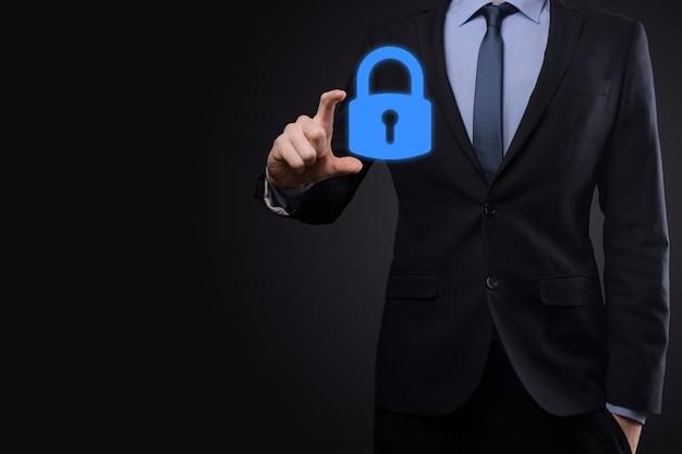 Rete di sicurezza informatica. icona del lucchetto e rete di tecnologia internet. uomo d'affari che protegge le informazioni personali dei dati su tablet e interfaccia virtuale. concetto di privacy di protezione dei dati
