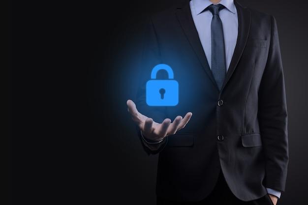 Rete di sicurezza informatica. icona del lucchetto e rete di tecnologia internet. uomo d'affari che protegge le informazioni personali dei dati sull'interfaccia virtuale. concetto di privacy di protezione dei dati. gdpr. unione europea.