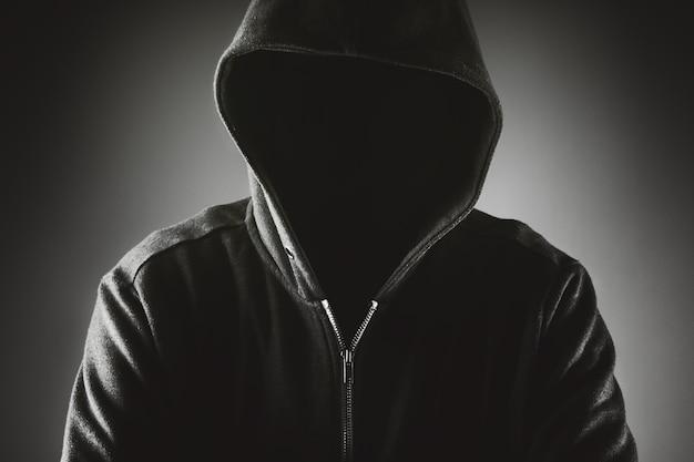 Cybersecurity, hacker di computer con felpa con cappuccio