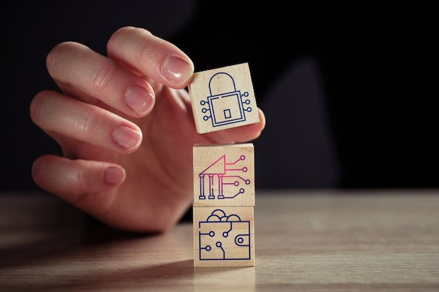 Concetto di sicurezza informatica per criptovalute da icone di blocco, scambio e portafoglio.