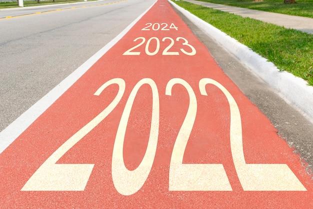 Pista ciclabile con gli anni 2022, 2023 e 2024, che rappresentano l'attività fisica e il trasporto pulito.