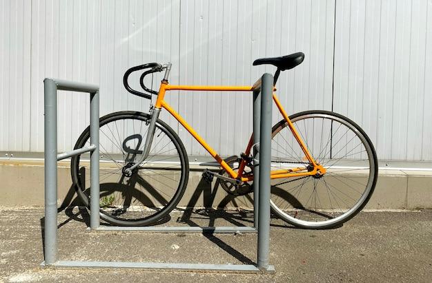 In bicicletta sullo sfondo della città con la bicicletta gialla parcheggiata all'aperto