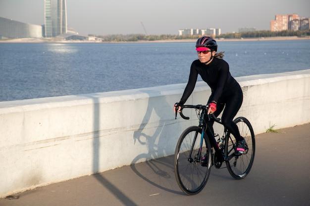 Allenamento in bicicletta in una splendida posizione