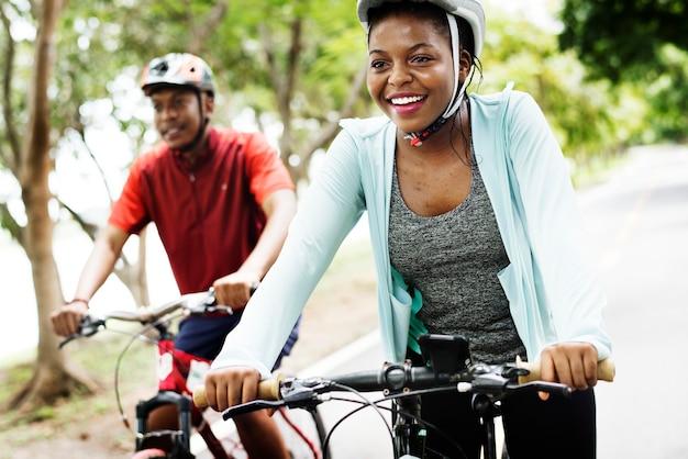 Coppia di ciclisti che cavalcano insieme in un parco