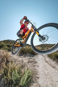 Ciclista che salta con la bici elettrica