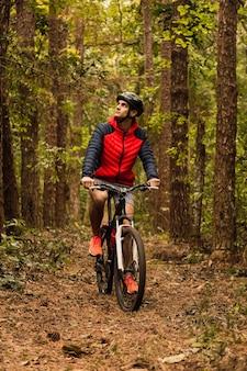 Ciclista nella giungla. sportivo nella giungla. sport alternativi e concetto all'aperto.