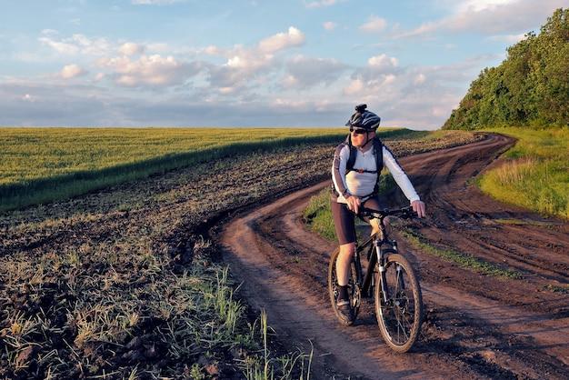 Ciclista va in bicicletta in un campo