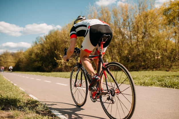 Ciclista cavalca in bicicletta, effetto velocità