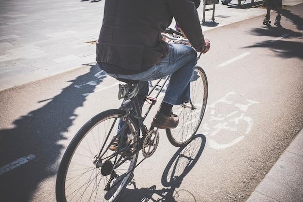 Ciclista su una pista ciclabile in un quartiere marittimo