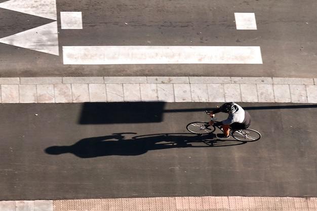 Ciclista su strada nella città di bilbao in spagna