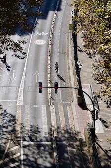Ciclista su strada nella città di bilbao, spagna