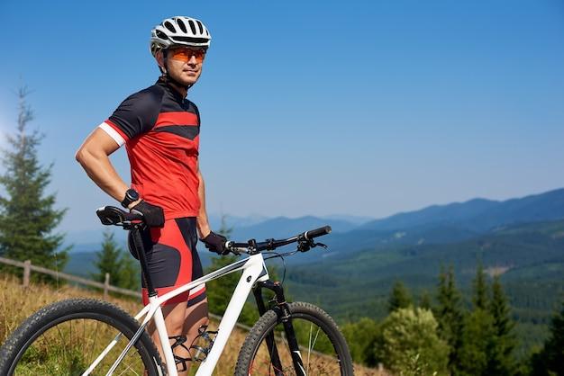 Ciclista in cima alla collina