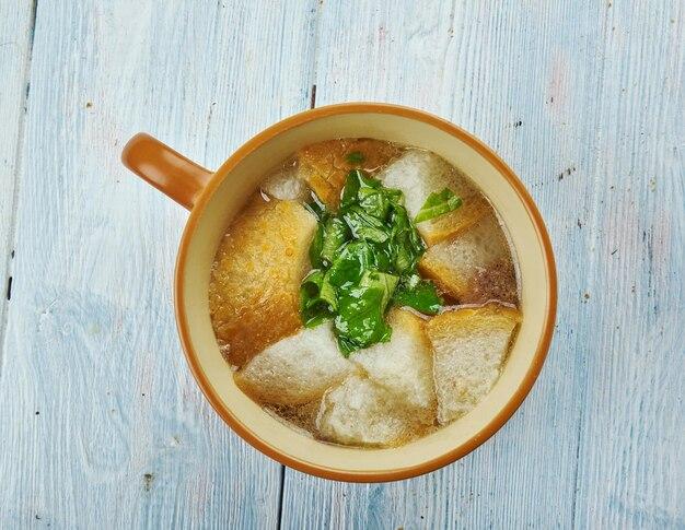 Zuppa di aglio ceca cesnecka, fatta nella cucina ceca