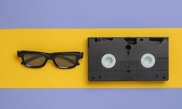 Videocassetta retrò occhiali d su sfondo giallo viola