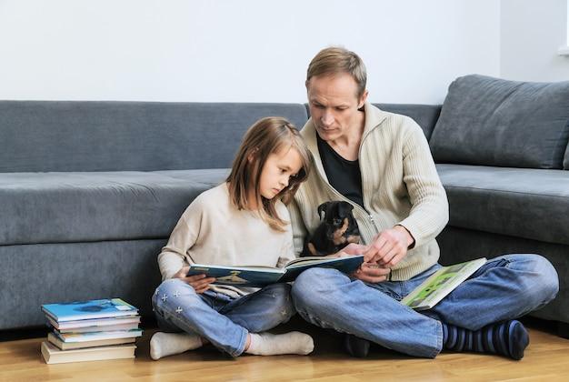 Papà e figlia stanno leggendo libri