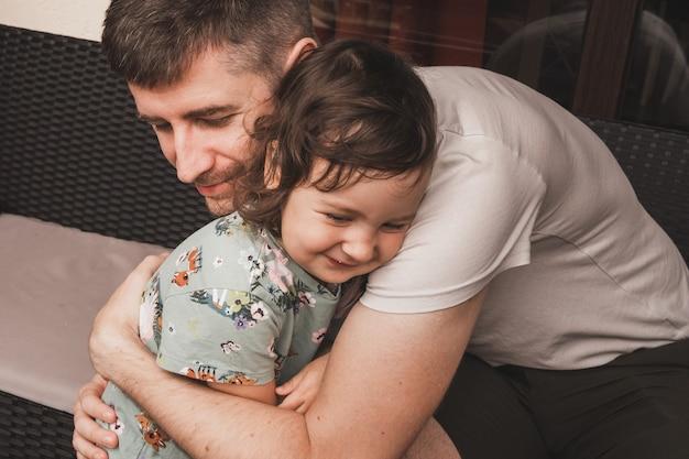 Papà abbraccia suo figlio mia figlia ama molto il suo papà il rapporto tra padre e figlia...
