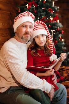 Papà sta leggendo un libro a sua figlia