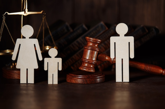 Papà e mamma con figure di bambini con martelletto del giudice. concetto di divorzio