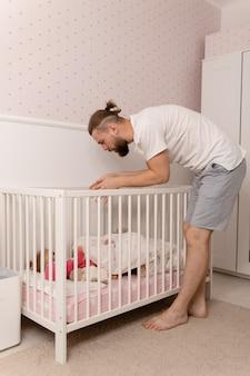Papà gioca con la figlia e la mette a letto