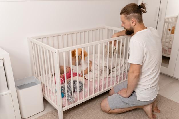 Papà mette la figlia a letto