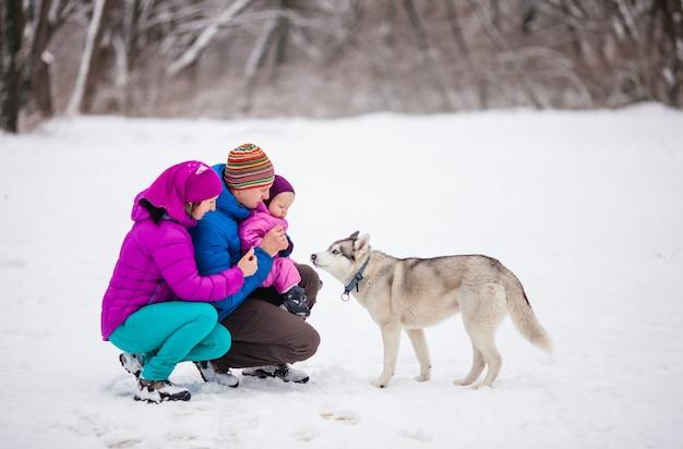 Il papà che mostra alla sua adorabile figlia una nevicata, una giornata invernale di neve