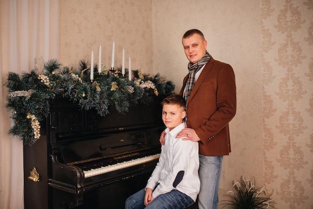 Papà e figlio intorno al pianoforte