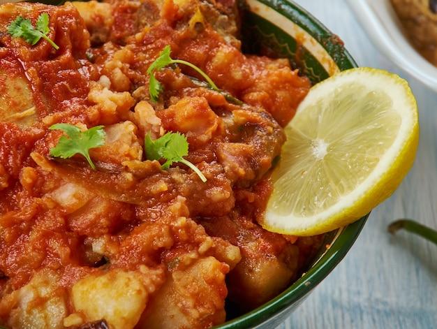 Pollo dahi, curry di pollo marinato allo yogurt, cucina hyderabadi, piatti assortiti tradizionali asiatici, vista dall'alto.
