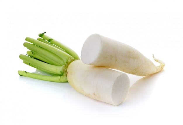 Ravanelli di daikon su bianco isolato