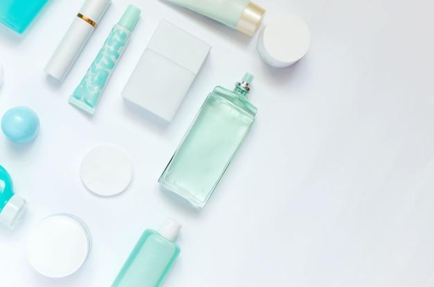 Cosmetici per la cura quotidiana su sfondo bianco. composizione piatta con dispenser, flaconi e barattoli.
