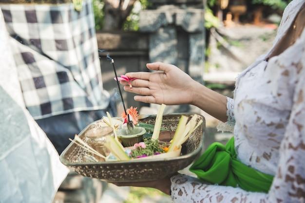 Le offerte giornaliere canang sari fatte dagli indù balinesi per ringraziare