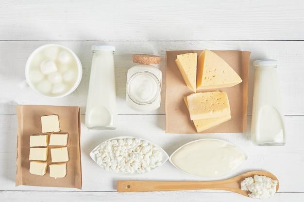 Latticini e prodotti lattiero-caseari su uno sfondo bianco