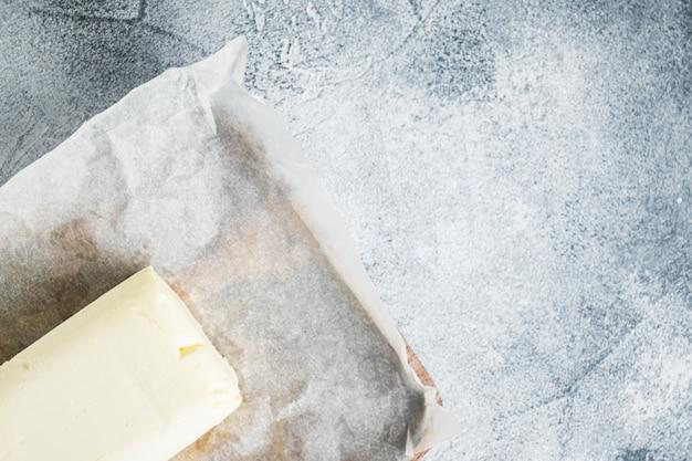 Latticini burro fresco, sul tavolo grigio, vista dall'alto laici piatta
