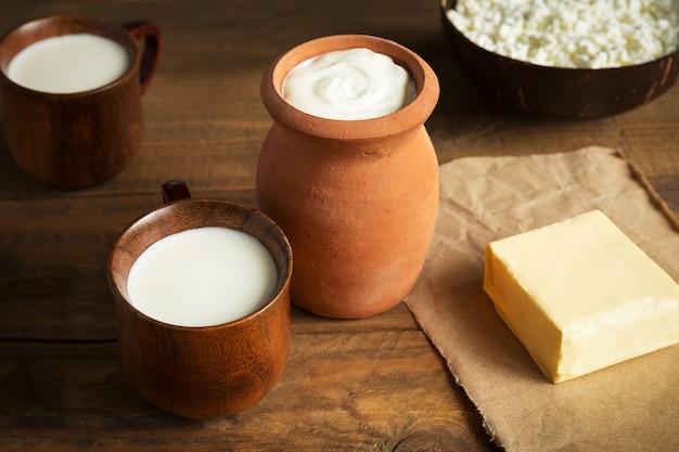 Latticini ricotta burro panna acida e latte si chiudono su fondo di legno marrone