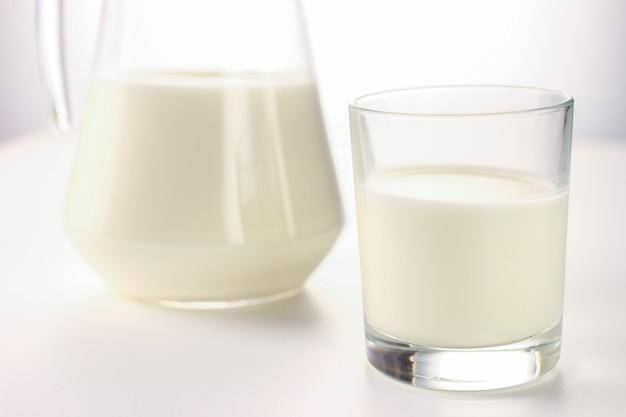 Prodotti lattiero-caseari su bianco