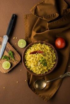 Dal khichadi o khichdi è una gustosa ricetta indiana con una pentola servita in una ciotola su uno sfondo lunatico