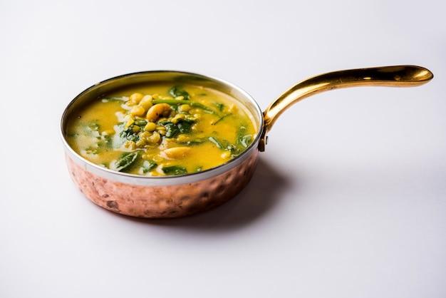Dal palak o curry di spinaci di lenticchie - popolare ricetta salutare del piatto principale indiano. servito in un karahi o padella o ciotola. messa a fuoco selettiva