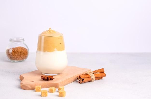 Caffè dalgon con gli ingredienti per la sua preparazione su una superficie leggera