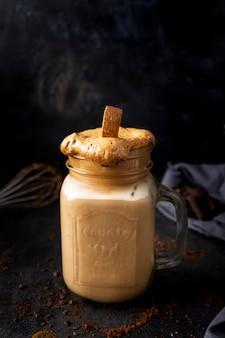 Cremoso al caffè dalgona con latte di mandorla