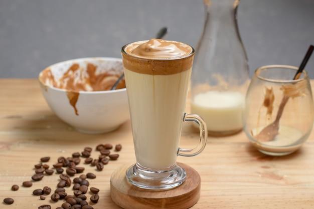Caffè dalgona soffice cremoso al caffè mantecato