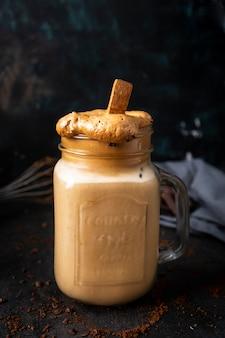 Caffè dalgona ghiacciato caffè e latte freddo in vasetto