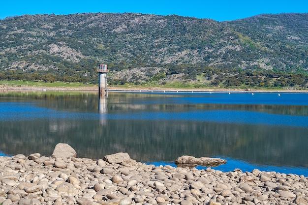 Una torre di controllo della diga in mezzo alla palude