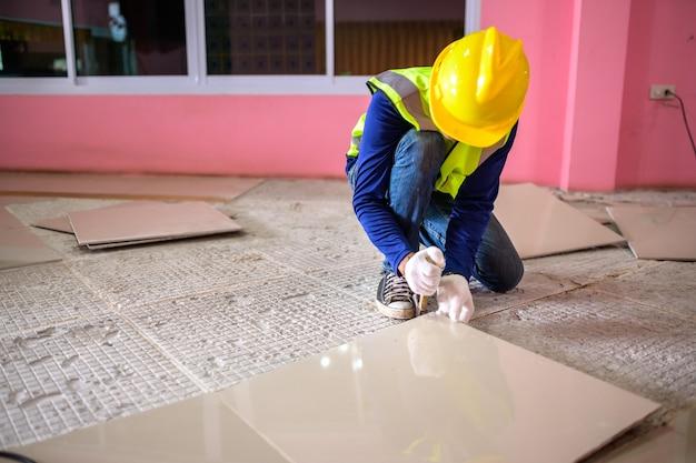 Il danneggiamento del pavimento in piastrelle antideflagrante perché è stato utilizzato per molto tempo e sono fatti in casa per sostituire le piastrelle del pavimento e la colla per piastrelle dalla vecchia colla per piastrelle.