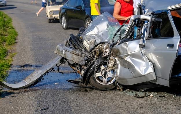 Primo piano del veicolo danneggiato dopo l'incidente stradale. un terribile incidente.